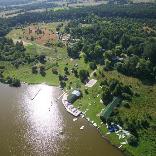 Pole namiotowe nad jeziorem