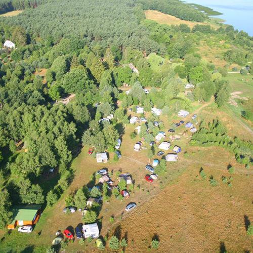 Pole namiotowe nad jeziorem Sarbsko